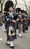 Bagpipers van Nassau controleren Pijpen en Trommels marcherend bij de St Patrick Dagparade Stock Foto's