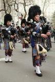 Bagpipers van Nassau controleren Pijpen en Trommels marcherend bij de St Patrick Dagparade royalty-vrije stock fotografie