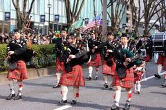 Bagpipes στην παρέλαση ημέρας του ST Patricks στο πολυάσχολο στο κέντρο της πόλης Τόκιο Στοκ Φωτογραφία