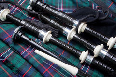 Bagpipes auf Kilt lizenzfreie stockfotos