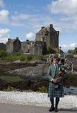 Bagpipes Eilean Donan am Schloss lizenzfreies stockbild