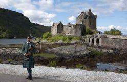 Bagpipes Eilean Donan am Schloss lizenzfreies stockfoto