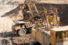 Bagrownica zbliżająca się ciężarówka Zdjęcia Royalty Free