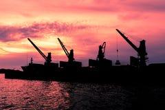 Bagrownicy piaska statek w zmierzchu Obraz Stock