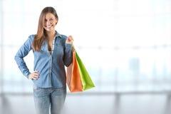 bags den bärande shoppingkvinnan Arkivbild