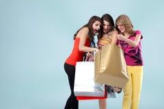 bags den härliga holdingen som shoppar tre unga kvinnor Arkivbilder