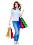 bags den härliga lyckliga shoppingkvinnan Arkivbild