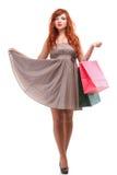 bags den ljust rödbrun älskvärda shoppingkvinnan Royaltyfria Bilder