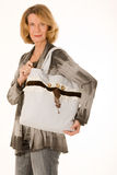bags den trendiga äldre shoppingkvinnan Arkivbilder