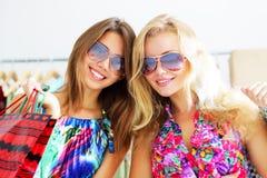 bags flickor som shoppar två Royaltyfri Foto
