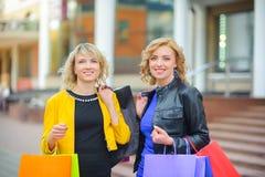 bags härliga flickor som shoppar två arkivfoto