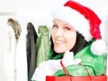 bags jul som rymmer shoppingkvinnan Arkivbild