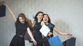 bags lycklig shopping för flickor stock video