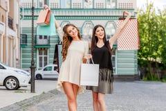 bags lyckliga unga shoppingkvinnor Arkivbilder