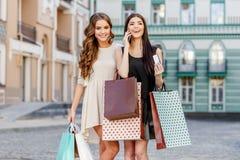 bags lyckliga unga shoppingkvinnor Royaltyfri Foto