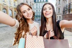 bags lyckliga unga shoppingkvinnor Arkivfoton