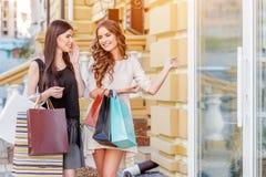 bags lyckliga unga shoppingkvinnor Royaltyfria Bilder