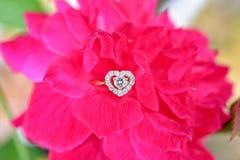 Bague à diamant avec la rose de rose Image libre de droits