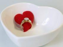 Bague à diamant avec le coeur rouge, concept pour le cadeau de jour de Valentine's Photo libre de droits