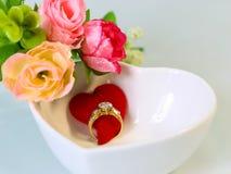 Bague à diamant avec le coeur rouge, concept pour le cadeau de jour de Valentine's Images libres de droits