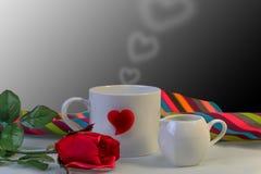 Bague à diamant avec le coeur rouge, concept pour le cadeau de jour de Valentine's Image libre de droits