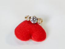 Bague à diamant avec le coeur rouge, concept pour le cadeau de jour de Valentine's Photographie stock libre de droits