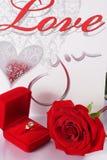 Bague à diamant d'or dans la boîte et la rose de rouge Photographie stock libre de droits