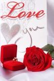 Bague à diamant d'or dans la boîte et la rose de rouge Photo stock