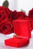 Bague à diamant d'or dans la boîte et la rose de rouge Photos stock