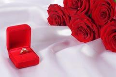 Bague à diamant d'or dans la boîte et la rose de rouge Photos libres de droits