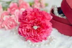Bague à diamant d'engagement en fleur rose d'oeillet Image libre de droits