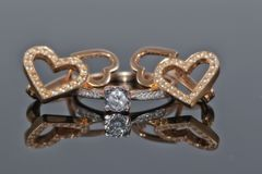 Bague à diamant d'or et boucles d'oreille sous forme de coeur Photos libres de droits