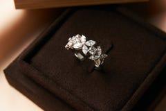 Bague à diamant dans la boîte de bijou foncée Photographie stock libre de droits