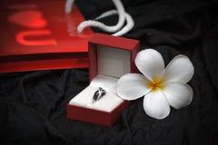 Bague à diamant dans un boîte-cadeau sur le fond noir Image stock