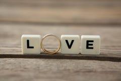Bague à diamant entre les blocs de blanc affichant le message d'amour Photographie stock