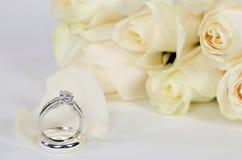 Bague à diamant et roses Photographie stock