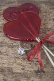 Bague à diamant et sucreries en forme de coeur sur la surface en bois Photos stock
