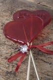 Bague à diamant et sucreries en forme de coeur sur la surface en bois Image libre de droits