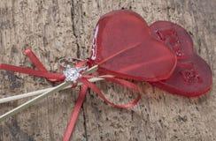 Bague à diamant et sucreries en forme de coeur sur la table en bois Photo libre de droits