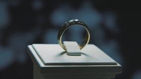 Bague d'or avec la pierre précieuse jaune Sonnez en or avec le browm de saphirs, l'anneau de mariage - bijoux avec des diamants Photos stock