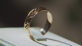 Bague d'or avec la pierre précieuse jaune Sonnez en or avec le browm de saphirs, l'anneau de mariage - bijoux avec des diamants Images stock