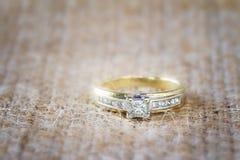 Bague de fiançailles avec des diamants de solitaire et de côté Photographie stock libre de droits