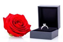 Bague de fiançailles avec un groupe de roses rouges Images libres de droits