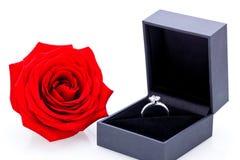 Bague de fiançailles avec un groupe de roses rouges Photographie stock libre de droits