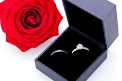 Bague de fiançailles avec un groupe de roses rouges Image libre de droits