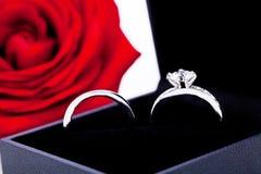 Bague de fiançailles avec un groupe de roses rouges Photos libres de droits