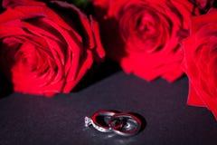 Bague de fiançailles avec un groupe de roses rouges Photo stock