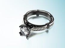Bague de fiançailles d'or avec le diamant Image stock