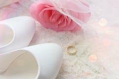 Bague de fiançailles d'or Chaussures blanches Chaussures blanches de mariage Talons hauts du ` s de jeune mariée Les honoraires d photos stock