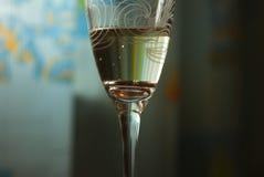 Bague de fiançailles d'or dans un verre de champagne Photographie stock